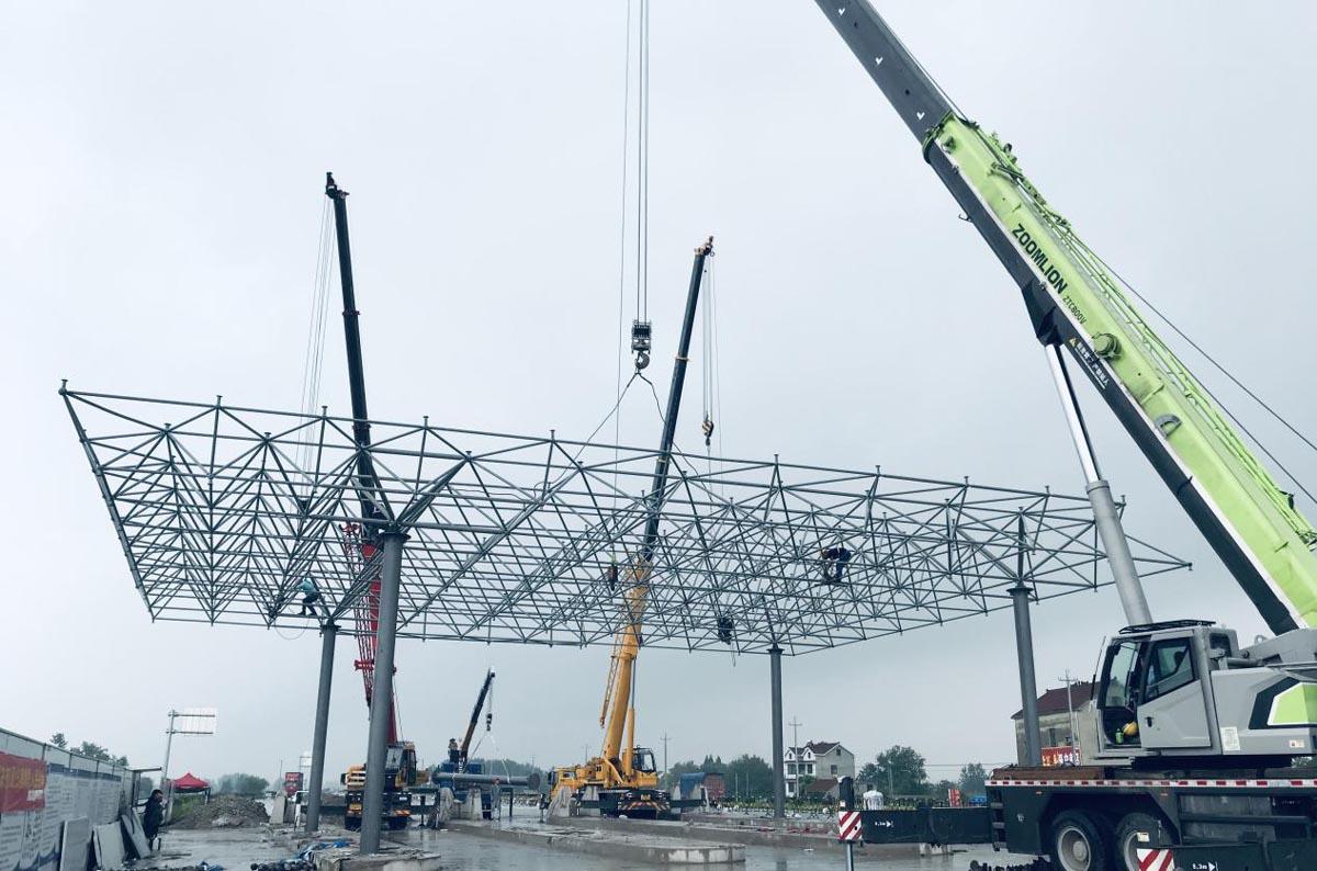 G347汤沟收费区完成收费大棚半幅网架吊装